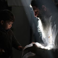 The light shines. may the eyes of our heart be enlightened. Robert Doisneau, Religion, Russian Orthodox, Orthodox Christianity, Christian Church, Orthodox Icons, Kirchen, Priest, Ikon