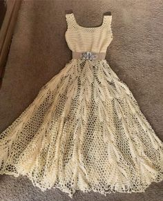 This post was discovered by Zy Vestidos Bebe Crochet, Crochet Skirts, Crochet Clothes, Crochet Wedding Dresses, Wedding Dress Patterns, Crochet For Kids, Diy Crochet, Crochet Designs, Crochet Baby Dresses
