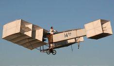 Réplica do famoso 14-Bis, primeiro avião a voar por seus próprios, construído por Santos Dumont em 1906, em Paris.