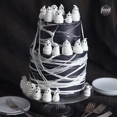 Gâteau noir halloween avec petit fantôme meringue Stretching sticky, melted marshmallows into webs might be the best Halloween trick yet. Finish this spooky cake with ghosts made out of piped buttercream frosting. Halloween Snacks, Bolo Halloween, Halloween Torte, Pasteles Halloween, Dessert Halloween, Halloween Tags, Halloween Birthday Cakes, Easy Halloween Desserts, Halloween Party For Kids