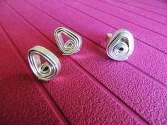 conjunto de anillo y pendientes en alambre plano...