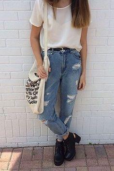 Los jeans de mamá son una gran opción de comodidad, no importa la década en la que vivas. | 23 Modas noventeras que están de regreso, te guste o no