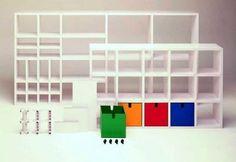 POLVARA (1975) di Giulio Polvara. Come un gioco di costruzioni, la libreria componibile permette la creazione di scaffalature di forma e dimensioni illimitate. L'assemblaggio avviene tramite il semplice incastro a pressione degli elementi, senza altri ausili. La particolare solidità della struttura permette di utilizzarla come parete divisoria o come torrescaffale anche al centro di una stanza. E' corredato da un cubo contenitore, elemento compositivo proposto in diversi colori.