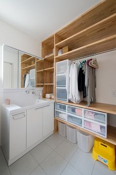 こだわりを追及した坪庭のあるモダンテイストなお家 Laundry In Bathroom, Bathroom Storage, Small Bathroom, Washroom, Interior Architecture, Interior Design, Cozy House, Home Projects, Small Spaces