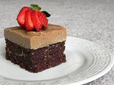 Hooray for these Vegan Caramel Fudge Brownies! Raw Vegan Desserts, Raw Vegan Recipes, Vegan Cake, Vegan Treats, Delicious Desserts, Dessert Recipes, Yummy Food, Healthy Food, Tasty