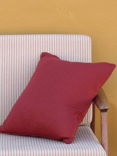 Coloured in a ceramic red, this square knit cushion will add style and comfort to your living room or bedroom with just a simple click! Knitted Cushions, Decorative Cushions, Floor Chair, Blankets, Wraps, Throw Pillows, Ceramics, Living Room, Knitting