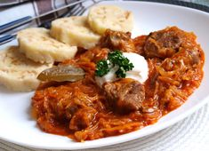 NAŠE KUCHYNĚ: Segedinský guláš a houskový knedlík nekynutý Fermented Cabbage, Sauerkraut, Stew, Curry, Food Porn, Pork, Meat, Cooking, Ethnic Recipes