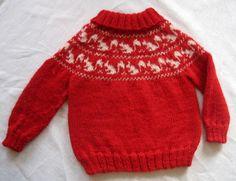 Dejlig varm sweater til de helt små med egernbort som bærestykke. Her strikket i alpaca, men andet garn kan bruges. Strikkes på rundpind hele vejen. Pinde 4.