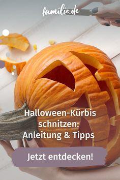 Zur Halloween-Zeit sehen wir die kultigen Kürbisköpfe überall: In Vorgärten, Fenstern und bei Bastelveranstaltungen im Einkaufszentrum. Schaurig, grimm, süß oder lustig sind die leuchtenden Kürbisgesichter ein echtes Highlight und dürfen bei keiner Halloween-Deko fehlen. Neben der perfekten Inspiration ist aber vor allem eines wichtig: das sichere Halloween-Kürbis-Schnitzen! Alle Tipps und Tricks für den perfekten Grusel-Kürbis findet ihr bei uns. #halloween #kürbis #grusel #schnitzen #deko