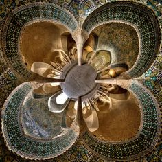 Mohammad Domiri, young Iranian photographer and physics student, is passionate about architecture. He likes to capture the monuments of the Middle East, which is why most of his photoshoots are devoted to traditional large mosques. Geometric patterns, fascinating mosaics and swirling colors, the result, to discover later in the article, is breathtaking.