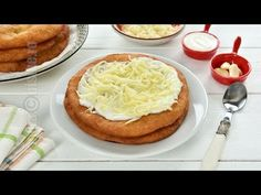 Langosi / Flat doughnuts with sour cream and cheese New Recipes, Cookie Recipes, Tapas, Romanian Food, Romanian Recipes, Choux Pastry, No Cook Desserts, Pasta, Salmon Burgers