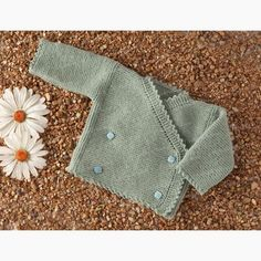 Free Pattern to knit a cute woollen cardigan for a baby of 0 to 2 months, knitted in powder green. Baby Cardigan, Baby Scarf, Christmas Knitting Patterns, Baby Knitting Patterns, Baby Patterns, Sweater Patterns, Ravelry, Knit Baby Booties, Universal Yarn