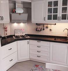 Cheered kitchen with patterned carpet, simple bathroom. Kitchen Room Design, Kitchen Interior, Kitchen Decor, Kitchen Cabinets Models, Kitchen Models, Corner Stove, Kitchen Ornaments, Pantry Design, Patterned Carpet