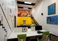 No escritório, um rolo de papel craft na mesa de reunião bem prático. Mistura de cores, inclusive o amarelo inspirando a criatividade. Casacor SC - Myrella M Costa