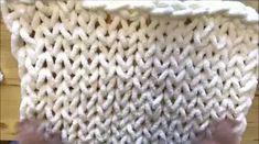 Perfecto para esos trabajos que quieres hacer en un dos por tres, si eres amante a las mantas acolchadas y grandes esta creada por BeCozi te encantar Baby Knitting Patterns, Knitted Throw Patterns, Knitted Blankets, Blanket Patterns, Giant Knitting, Hand Knitting Yarn, Knitting Kits, Knitting Ideas, Knitting Projects