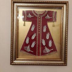İstediğiniz her renkte siparişlerinizi alabiliriz Islamic Art, Blackwork, Beautiful Outfits, Stained Glass, Ottoman, Arts And Crafts, Brooch, Wall Art, Frame
