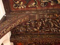 Balkenplafond Agnietenkapel | In het vm schip kwam de grote gehoorzaal versierd met een barokke schildering van krullende, dikke bladranken en tulpmotieven met rondom een dunne geschilderde bies Daartussen Athena (Minerva) afgebeeld, de godin van wijsheid en beschermster van kunsten en wetenschap.  De decoratiewijze lijkt op de stijl van Anthoni Hendricks, die omstreeks 1611 tot zijn overlijden in 1635 in Amsterdam werkte. Geretoucheerd door Hemelman onder restauratiearchitect Kok ca 1917