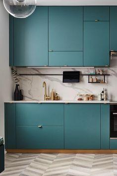 Vous voulez aménager une cuisine ouverte ? La cuisine en I, compacte, est une bonne option ! Pour la composer, on optimise toute la place impartie en hauteur et en largeur, y compris entre deux murs. L'électroménager, intégré, se fait discret. Côté rangements, on multiplie les équipements intérieurs astucieux et gain de place. Et pour faire de la cuisine un élément fort du décor, on ose le style glamour et on mixe vert mat, effet marbre, touches dorées, métal noir et verre. Kitchen Room Design, Diy Kitchen Decor, Kitchen Sets, Modern Kitchen Design, Interior Design Kitchen, Cuisines Diy, Cuisines Design, Diy Bedroom Decor, Diy Home Decor