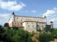 Poľana a rázovitý kraj Podpoľanie sú charakteristické  nádhernou krajinou s čistým vzduchom, lesmi a dobrosrdečnými ľuďmi. Centrálnym mestom je staré mesto Zvolen, ktoré zohrávalo v minulosti významnú úlohu, bolo strategickým miestom. Na Veľkom vrchu nad Zvolenom sa nachádzajú zrúcaniny najväčšieho hradu v strednej Európe. Na okraji mesta sa vypína zachovalý skvost histórie - Zvolenský zámok. Destinations, Mansions, House Styles, Home, D Day, Places, Manor Houses, Villas, Ad Home