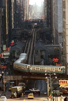 Trafic, 1967 À Chicago, le métro aérien arrivant de Wabash Avenue tourne vers Lake Street, le long du célèbre L qui ceinture le Loop, quartier animé abritant magasins, bureaux et hôtels.