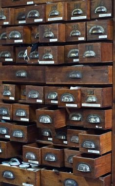 I die I will have a huge, amazing, vintage library catalog like this one.so dramatic! Industrial Chic, Vintage Industrial, Apothecary Cabinet, Vintage Library, Vintage Storage, Vintage Drawers, Cool Stuff, Craft Storage, Vintage Love