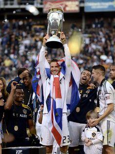 Was für ein Abtritt: David Beckham (M) verabschiedet sich nach sechs Jahren mit seinem zweiten Meistertitel aus der nordamerikanischen Major League Soccer. Der englische Fußballstar gewann in seiner letzten MLS-Partie mit Los Angeles Galaxy das Endspiel gegen Houston Dynamo mit 3:1. (Foto: Paul Buck/dpa)