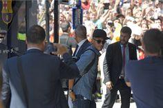 Barça chega a Berlim para decisão, e fãs se amontoam na porta de hotel #globoesporte