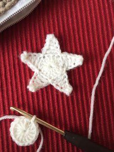 Star garland with crochet pattern – valentine crocheted – Best Knitting 2020 Star Garland, Diy Garland, Crochet Garland, Knitting Patterns, Crochet Patterns, Valentines Day Background, Purple Tulips, Crochet Stars, Knitted Blankets