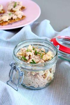 Deze huisgemaakte tonijnsalade met Griekse yoghurt is lekker fris van smaak. Heerlijk voor op een broodje of op toastjes als je visite hebt.