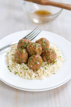 Honey Garlic Turkey Meatballs Recipe Who can resist a plateful of Honey Garlic Baked Turkey Meatballs? Great as appetizers or served over rice as an easy dinner. 239 calories and 7 Weight Watchers SP Diner Recipes, Cooking Recipes, Healthy Recipes, Ww Recipes, Fish Recipes, Healthy Meals, Cooking Tips, Soup Recipes, Meatball Recipes
