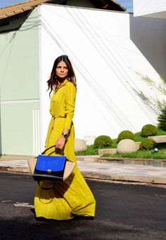 Yellow maxi dress with blue Celine bag Looks Street Style, Looks Style, Style Me, Long Sleeve Maxi, Maxi Dress With Sleeves, Yellow Maxi, Yellow Dress, Chartreuse Dress, Yellow Coat