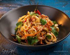 Готовим пикантный салат с кальмарами.