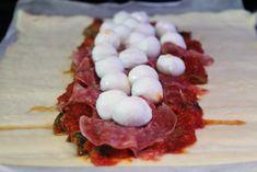 Inbakad pizza med salami, mozzarella & parmesan | Daniel Lakatosz matblogg Something Sweet, Mozzarella, Parmesan, Sandwiches, Goodies, Dessert, Snacks, Recipes, Food