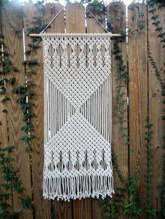Fügen Sie einige Faser-Kunst zu Ihnen nach Hause mit diesem modernen Makramee-Wand-hängen. Dieses Stück wird mit 1/8 3 Strang Baumwolle Seil und