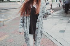 Cute and lazy outfit with the large grey cardigan, black top with a white peter pan collar, and trousers. Would be really cute with a pair of boots. Lazy Outfits, Cool Outfits, Fashion Outfits, Womens Fashion, Fashion Shirts, Cute Asian Fashion, Korean Fashion, Ulzzang Fashion, Ulzzang Style