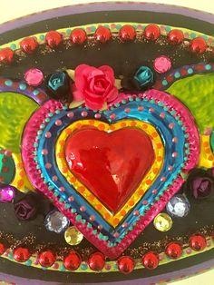 Corazón lata con el ornamento de las alas de México montado en