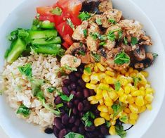 This colourful Chicken Burrito Bowl is packed with protein and a kick of Mexican spice. Speed up the cooking process by using pre-cooked rice and chicken. Healthy Mummy Recipes, Healthy Snacks, Healthy Eating, Protein Recipes, Dinner Healthy, Healthy Dinners, Healthy Habits, Vegan Recipes, Chicken Burrito Bowl
