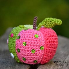 Crochet Patchwork Apple - Crochet pattern by VendulkaM / Amigurumi Crochet Fruit, Crochet Fall, Crochet Apple, Crochet Toys, Decoration Table, Christmas Bells, Happy Fall, Stuffed Toys Patterns, Stitch Markers