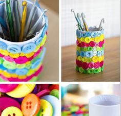 Pot à crayons recouvert de boutons
