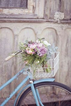 Love this floral bouquet in the basket of a vintage bike!