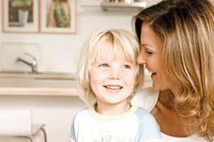 La frase giusta per calmare un bambino agitato non è di sicuro la prima che ci viene in mente. Ecco quindi la life coach americana Renee Jain che ci spiega come sostituire le frasi più comuni (e sbagliate) con una comunicazione più efficace per educare i bambini a gestire al meglio le emozioni negative.