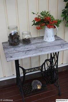 tuunaus,pöytä,tee itse,Tee itse - DIY,poljettava ompelukone Antique Sewing Machine Table, Antique Sewing Machines, Furniture Update, Furniture Makeover, Recycled Furniture, Painted Furniture, Singer Sewing Tables, Outdoor Furniture Plans, Diy Table