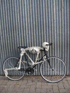 skelaton bike weird, strange and weird. From the site of the weird pics check back for more strange stuff Bicycle Art, Bicycle Design, Tricycle, Photo Velo, Kombi Trailer, Bizarre, Skull And Bones, Kustom, Skull Art