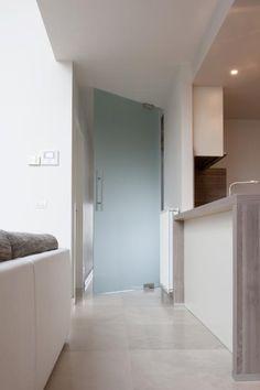 Glazen deur in acide mat glas op Dorma vloerveer.