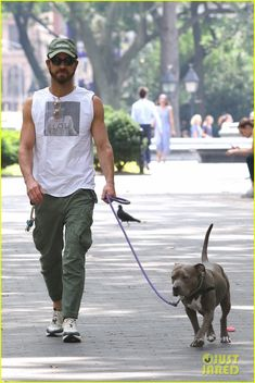 Justin Theroux Bares Buff Biceps in Sleeveless T-Shirt While Walking Dog Kuma: Photo Justin Theroux puts his muscular arms on display! The Maniac actor was spotted taking his cute dog Kuma for a walk around Washington Square Park on… Justin Theroux, Cool Style, My Style, Celebrities Fashion, Dog Walking, Man Crush, Biceps, Baseball Cap, Street Styles
