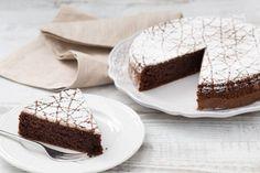 La torta caprese è un antico dolce napoletano, originario dell'isola di Capri, una delizia a base di cioccolato e mandorle senza l'aggiunta di farina! Neapolitan Cake, Italian Pastries, Ricotta, Baking Tins, Pastry Cake, Round Cakes, Cake Tins, Cake Mold, Dessert Recipes
