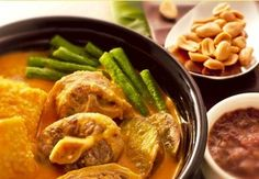 Kare Kare- It's oxtail or knuckles with mixed vegetables stewed in a thick peanut-based sauce. Bagoong (shrimp paste) is the perfect complement with kare-kare! and my tita cooks the best kare kare ever! Braised Oxtail, Oxtail Stew, Oxtail Recipes, Beef Recipes, Cooking Recipes, Peanut Recipes, Buffet Recipes, Tagine Recipes, Quick Recipes