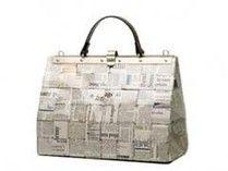 http://www.atelierdelriciclo.org/2011/04/05/come-creare-le-famose-borse-con-giornali-riciclati/ qui troverete tutorial per fare borse con i giornali