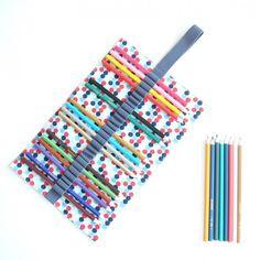 Puntikatý tužkovník s šedou gumičkou, možnost uložit 27 různych barviček, pastelek, tužky, propisky atď  Rozměry cca 19,5 x 29,5 cm