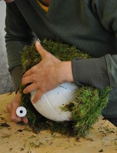 Want to make a nice Christmas piece? These Christmas balls of moss this year are . Cabin Christmas, Outdoor Christmas, Christmas Balls, Christmas Holidays, Christmas Wreaths, Christmas Crafts, Xmas, Decoration Christmas, Free To Use Images